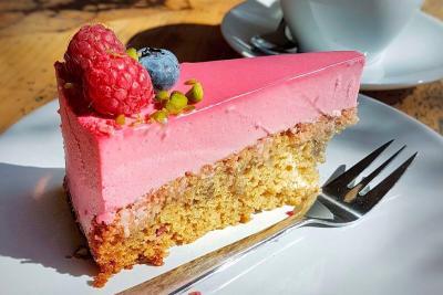 Vegan raspberry cashew cake / Cafe Neundrei